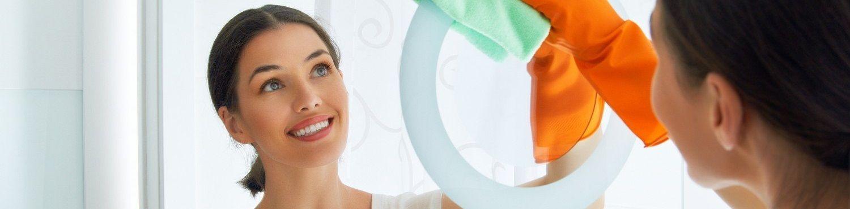 femme-de-menage-lave-les-vitres