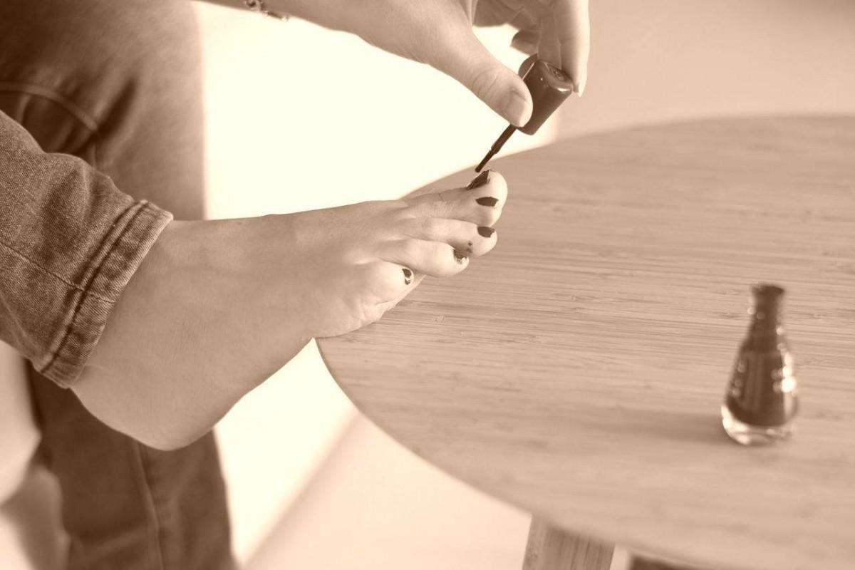 Comment enlever une tache de vernis sur un v tement aza - Comment enlever de la cire sur un vetement ...